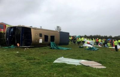 驚!英國雙層巴士翻覆 釀37人受傷