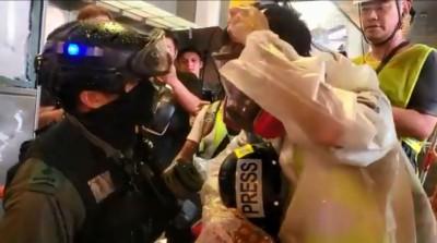 香港人反抗》有影為證!港警強逼記者脫防毒面具 稱警察才有特權