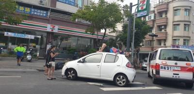 騎車撞上汽車  女騎士竟噴飛躺車頂