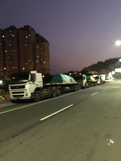 民眾好怕!31年汐止保長坑橋上 天天清晨有載滿鋼鐵重車違停