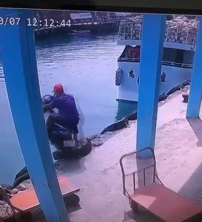 阿北港口騎車撞手推車「投奔大海」!畫面曝光引起狂笑