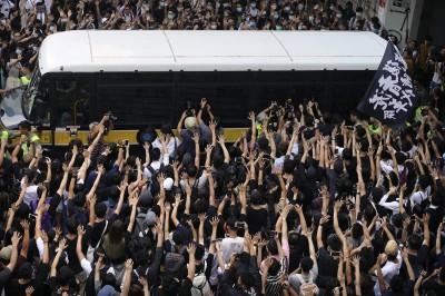 香港人反抗》本土派梁天琦出庭上訴 數百黑衣人聲援