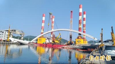 南方澳斷橋》橋拱拆除仍在施工 航道延至10點才能恢復航行
