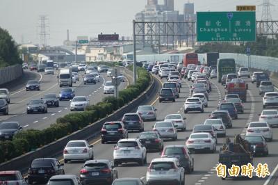 國慶連假第一天 中山高彰化南下路段變大停車場