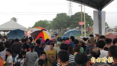 屏東國慶焰火會場下暴雨 民眾狼狽躲雨祈禱快停