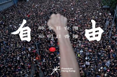 香港抗爭者豎起我國國旗 對抗中國「吸血鬼見到十字架」