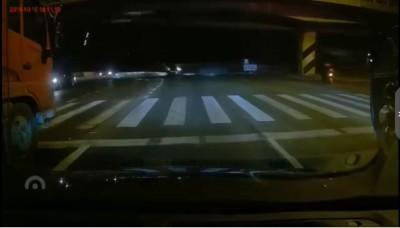 中國江蘇國道高架橋倒塌!多輛平面道路轎車砸毀死傷難估