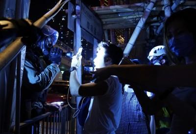 香港人反抗》港警特權? 警強行攔查記者 嗆不必出示委認證