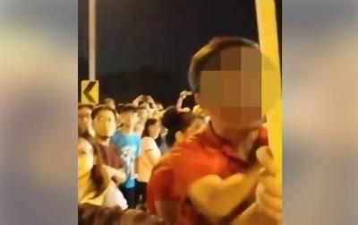 「公民割草」成員舉牌表達訴求 竟遭韓粉包圍恐嚇「揍死你!」