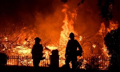 野火侵襲洛杉磯北部 1死10萬人撤離