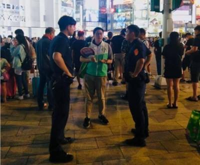 綠黨發扇子遭警驅離 王浩宇怒槓柯市府:統促黨呢?
