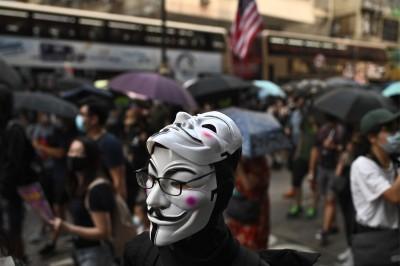 反對《禁蒙面法》遊行 港人蒙面抗議高喊:我有權戴口罩!