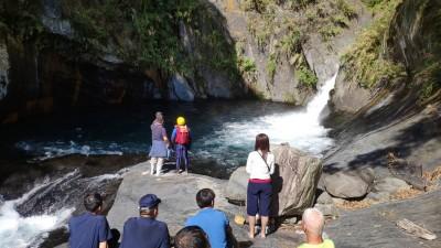 仁愛帖比倫瀑布溺水失蹤遊客 在石縫中找到遺體