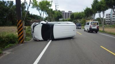 狗突然竄出…女駕駛撞路樹翻車受傷