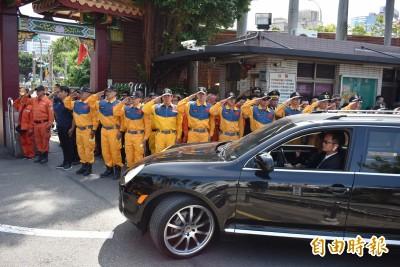 任務結束!警笛聲齊  中市消防員淚崩送殉職同袍上路