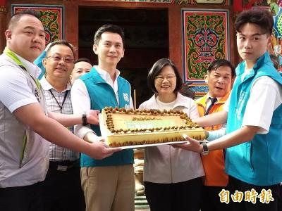 台灣要贏!「辣客妹」參拜保生宮 寶山橄欖特製蛋糕祈福