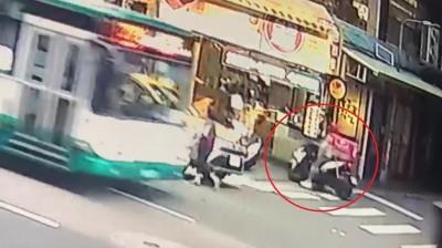 foodpanda外送員逆向騎車上騎樓 撞到路人爆爭執