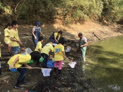 水保局攜手龍昇社區活化埤塘 孩童下池清淤體驗捕魚趣