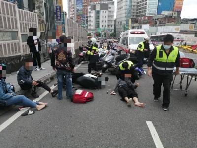 台北橋4機車連環撞 4人受傷送醫
