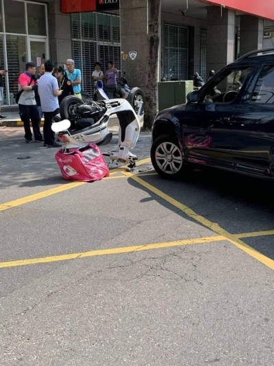 外送員搶快擦撞...摩托車竟倒立 網友稱:功夫熊貓