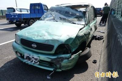 驚險!國1小客車碰撞「空翻一圈」 車內4男均繫安全帶毫髮未傷