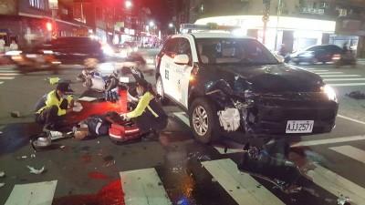 高速撞上交通隊警車 騎士彈飛送醫
