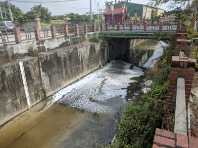 縮時攝影機抓包 便當工廠偷排廢水污染鳳山溪