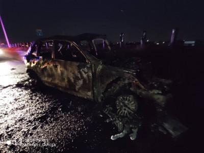 疑酒駕衝撞大貨車 保時捷瞬間起火燒成廢鐵