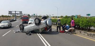 整台車翻了!嘉義高鐵大道休旅車撞安全島 駕駛送醫
