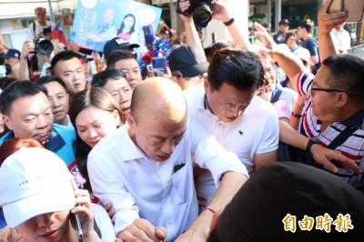 韓國瑜搭永保安康列車擠爆 民眾一上車抱怨:真倒楣