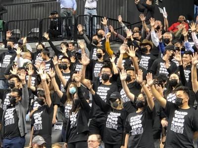 「習維尼」現身NBA! 籃網主場上百名觀眾著黑衣挺港