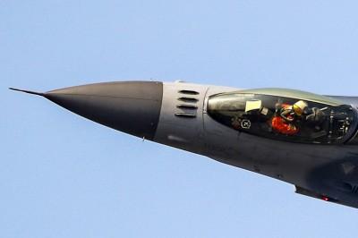 台灣超狂F16飛行員  飛行特技中還能比這個手勢