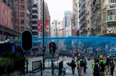港警水炮車驅離包圍警署民眾 示威者用火牆阻攔(圖輯)