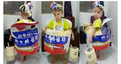 萬聖節神手媽為孩子扮「巨型炸醬麵」 網嘆︰媽咪被耽誤了