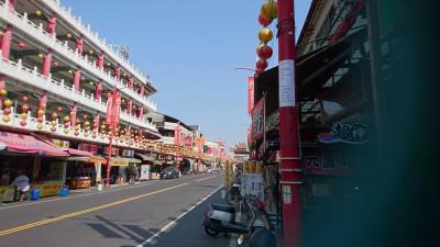 韓國瑜抵嘉》新港奉天宮拉布條歡迎 廟前路燈貼譏諷大字報