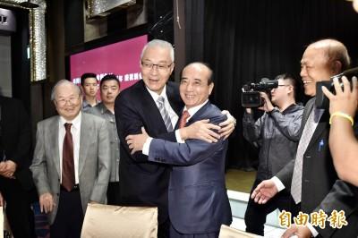 吳敦義、王金平同台呼「沒心結」 鏡頭前連擁抱2次