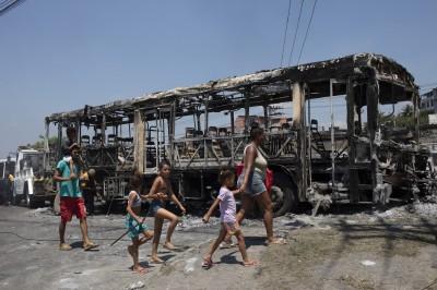 剛果公車載百名乘客出意外 火燒車致30人死、18人傷