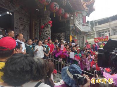 韓國瑜抵嘉市 到文財殿上香祈福