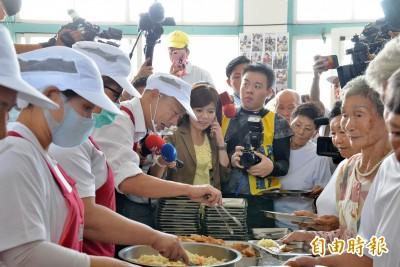 韓國瑜老人食堂打飯 韓粉高喊凍蒜被制止