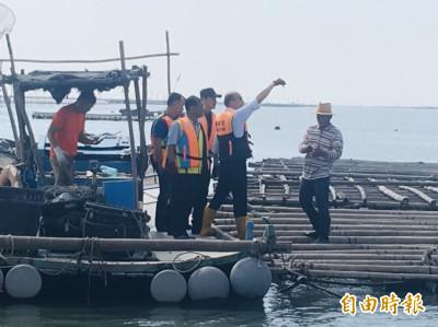 蚵農請吃現剖牡蠣  韓國瑜未生吞只拿起來展示