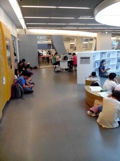 市圖總館週日開放時間縮短 民眾席地而坐惹怨