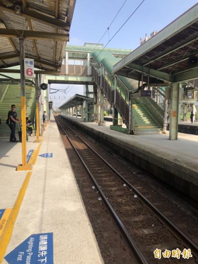 中壢火車站驚傳女旅客落軌遭區間車撞擊 她命大卡在這裡…