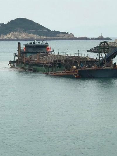抽砂滿到船快沈了!馬祖海巡查獲中國抽砂船