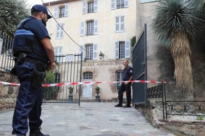男子深夜闖入法國博物館 反鎖後在牆上寫恐嚇訊息