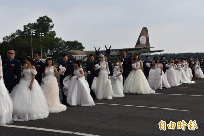 搭乘C130軍機滑行 空軍58對官兵集團結婚