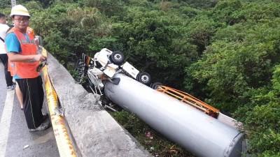 台2線傳意外 載液態氮貨車打滑翻覆