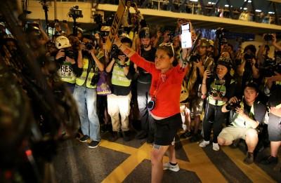 香港人反抗》只因提問警方太尖銳?港媒經濟日報記者遭解僱