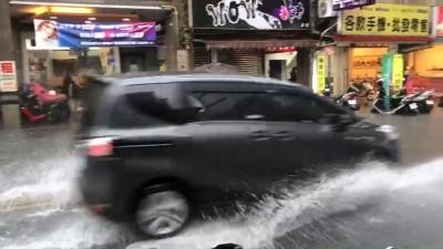 宜蘭滂沱大雨入夜 開車如陸上行舟