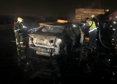 打瞌睡釀禍?國3轎車撞拖板車起火 駕駛燒成焦屍