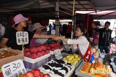 張嘉郡虎尾市場掃街 支持者祝「凍蒜」、「包中」